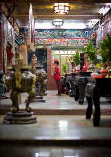boy in taipei temple praying-5