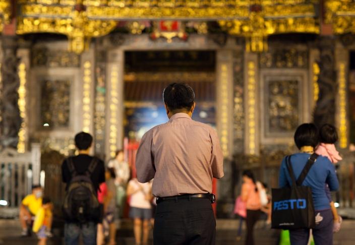 man praying at long shan temple-1