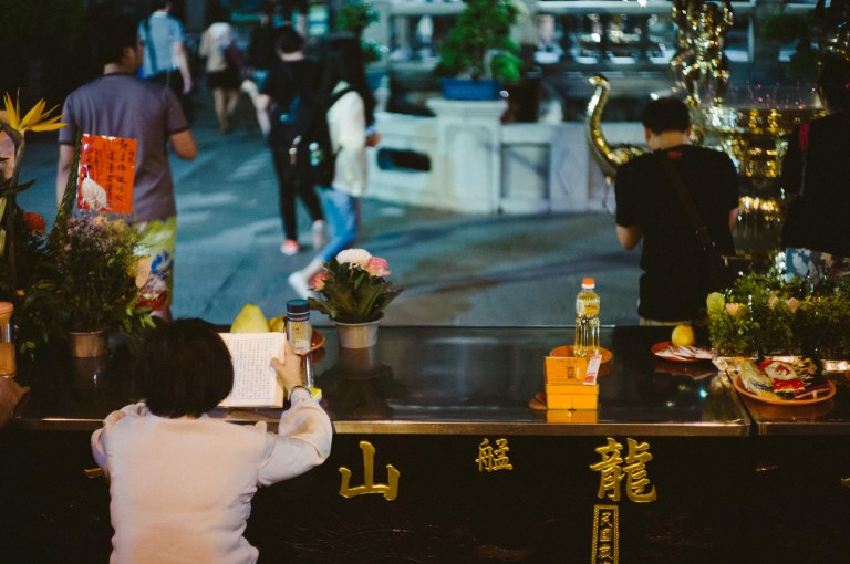 Reading at Longshan Temple, Taipei, Taiwan. (Leica M9, Canon 50mm LTM, VSCO)