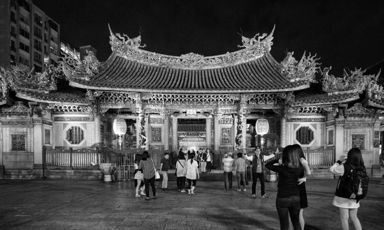The entrance to Longshan Temple on a Saturday night. (Ricoh GR with GW-3 Wide Angle Converter)
